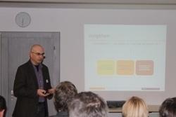 Bruno Schneebeli, Mitglied der Geschäftsleitung von First Frame (IT-Dienstleister), zeigte anschliessend ein Verfahren auf, um bestehende Kompetenzen sichtbar zu machen und notwendige Kompetenzen gezielt zu entwickeln.