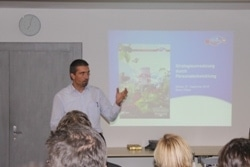 Bruno Pfister, Leiter der Personalentwicklung Emmi, liess uns an der Professionalisierung der Personalentwicklung im Zuge der Strategieumsetzung bei Emmi teil haben.