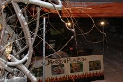 """Sowohl die Gäste als auch der """"Marroni-Koch"""" haben dem Wintereinbruch getrotzt."""
