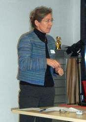 Gabrielle von Arx, Dozentin an der Schule für Ergotherapie Zürich, berichtete von der Konzeption, der Umsetzung und dem Aufbau des Studiengangs für Ergotherapeutinnen und -therapeuten. Den Fokus richtete sie auf den bei der Schule für Ergotherapie gelegten Schwerpunkt, das Problem Based Learning. Sie berichtete von Stolpersteinen und Erfolgen, die sie bei der Umsetzung erlebte.