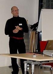 Das zweite Referat hielt Joachim Liebermann, Anästhesist am Merian Iselin Spital in Basel, der an einem Bildungsprojekt für Assistenzärztinnen und -ärzte mitgearbeitet hat. Dieses hatte zum Ziel, den bis anhin fehlenden Transfer der Theorie in die Praxis zu fördern. Er berichtete eindrücklich, wie wichtig es ist, dass auch die Rahmenbedingungen stimmen müssen, damit kompetenzorientierte Ausbildungen eine Chance haben.