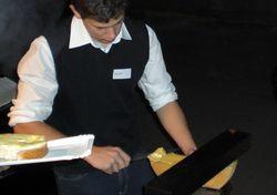 Dem winterlichen Wetter angepasst war der kulinarische Rahmen, ein Raclette. Marco Gfeller hat eifrig geschabt...