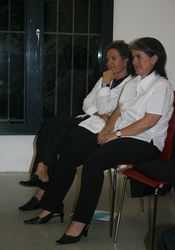 Von Karl Kerns Erfahrungen können wir alle noch viel lernen. Hier sind Monja Mariner (li) und Petra Hämmerle (re) aufmerksam am Zuhören.