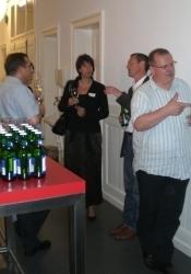 Die Apéroteilnehmer führten die engagierten Gespräche bei einem kühlen Getränk fort.