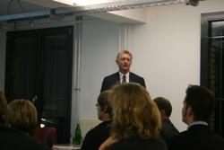 ... an Klaus Lintemeier, Managing Partner von Deekeling-Arndt Advisors mit jahrelanger Erfahrung in der Kommunikationsberatung.