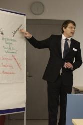 """Mit einem kurzen Input zu den Aspekten der Unternehmenskultur, führte Daniel Preckel in den ersten diesjährigen Moveo zum Thema """"Unternehmenskultur - Wie tickt ihr Unternehmen"""" ein."""
