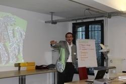 Die beiden Referenten (im Bild Edoardo Ghidelli, Kulturverantwortlicher der Schweizerischen Post, Poststellen und Verkauf) zeigten danach auf, wie die Unternehmenskultur bei Ihnen in der Praxis gehandhabt wird, welche Einflüsse und Faktoren die Kulturarbeit beeinflussen und welche Hindernisse es bei der Umsetzung von Maßnahmen zu beachten gilt.