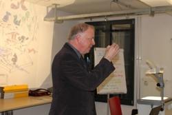 Dabei wurden die Praxisbeispiele mit eindrücklichen Illustrationen dokumentiert (im Bild Pierre-André Steim, Präsident Bildung Detailhandel Schweiz und langjähriger Verantwortlicher für Fragen der Strategieumseztung bei der Migros)