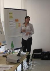 Anschliessend liessen uns Verena Thomi-Weyermann und Bettina Bienz (rechts) von der Schweizerischen Post am YMAGO-Projekt teilhaben – ein Projekt in Zusammenhang mit einer Neu- und Umstrukturierung bei dem der Fokus auf die mittleren Führungskräfte gelegt wurde.