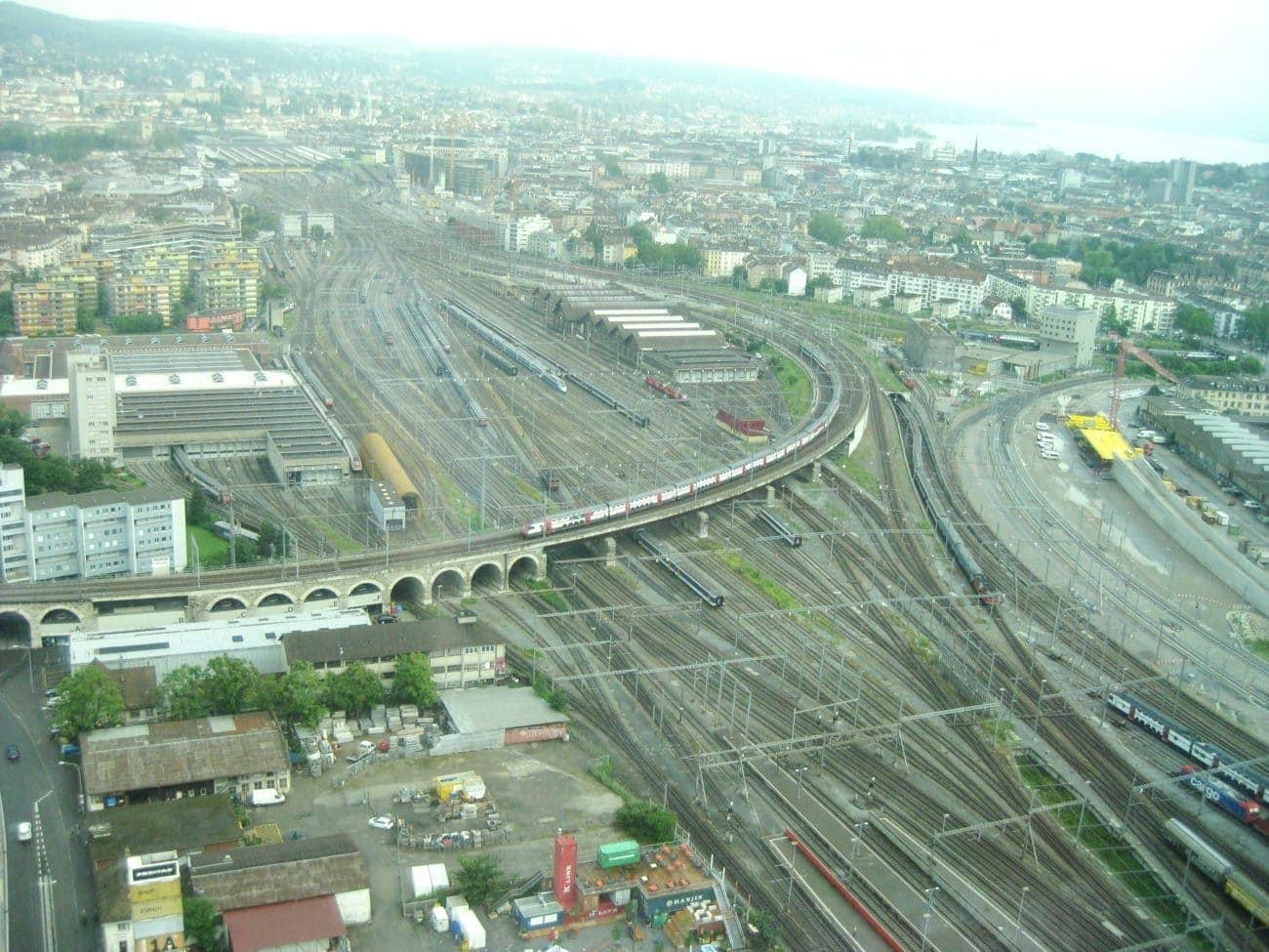 Der regnerisch-trübe Tag mildert das Faszinierende dieser Aussicht nicht. Wer sitzt an einem verregneten Sommertag nicht gerne im Warmen, 120 Meter über der Stadt Zürich?