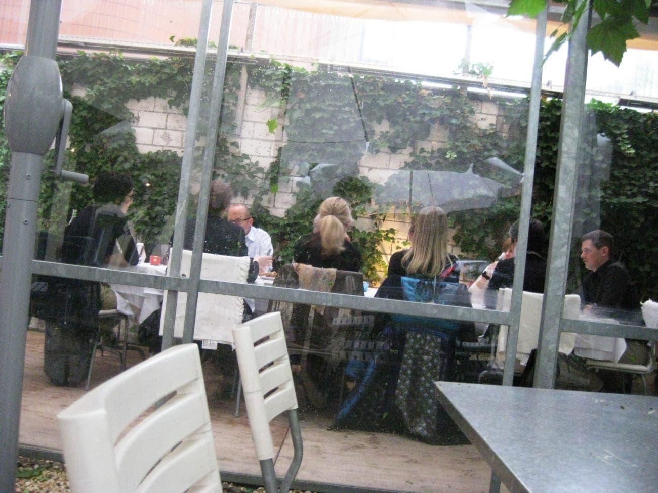 Apropos Sitzen im Warmen: Zum Essen wartet ein Tisch im 'gemütlich schattigen' Garten des tre fratelli auf uns. Es habe noch nie unter die Pergola geregnet, beruhigt uns der Wirt und statt Gazpacho gäbe es eine warme Suppe. Stimmt. Bon Appetit!